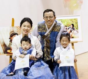 유빈이 돌잔치에서 곱게 한복을 차려입고 사진을 찍은 네 가족